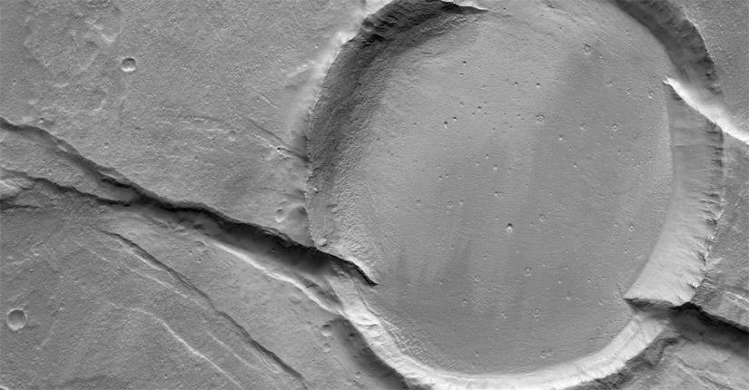 This crater has a serious fault (NASA/JPL/Univ. of Arizona)